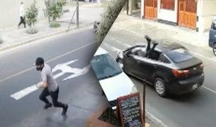Delincuente roba celular y al huir se mete por la ventana de un auto