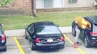 Estados Unidos: mujer prendió fuego el auto de su novio infiel y le explotó en la cara
