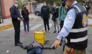 Surco: Repartidor motorizado de Glovo sale volando tras estrellarse contra un auto