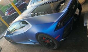 Hombre se compra lujoso auto con dinero de fondos de ayuda para salvar a empresas
