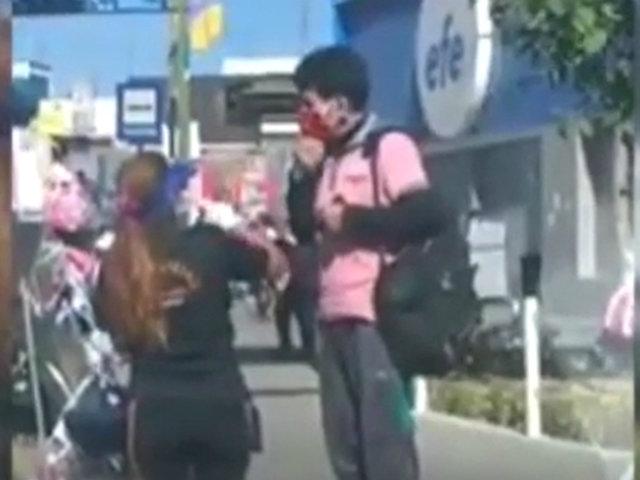 Arequipa: ambulante permite a cliente probarse varias mascarillas antes de comprar