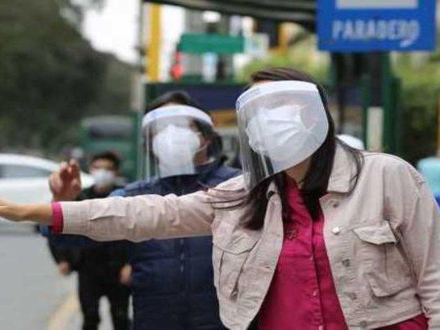 Distribuirán protectores faciales gratis en los paraderos, según anunció el ministro de Salud