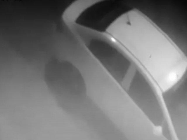 Delincuentes empujan auto para robarlo en una calle de Villa el Salvador