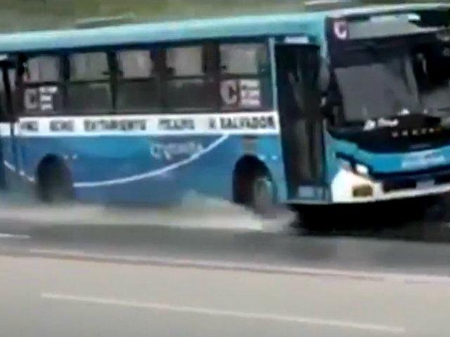 """Vía Evitamiento: bus de la empresa """"El Chino"""" se despista cuando competía por pasajeros"""