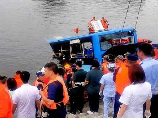 VIDEO: caída de ómnibus a un lago deja 21 muertos en China
