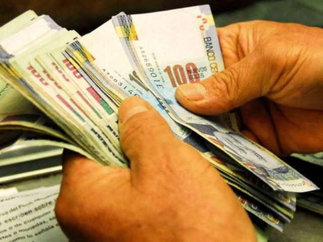 Casi 3 millones de peruanos no accederían a créditos por propuesta del Congreso, advierte experto