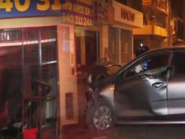 Auto impacta contra la fachada de una vivienda en Los Olivos
