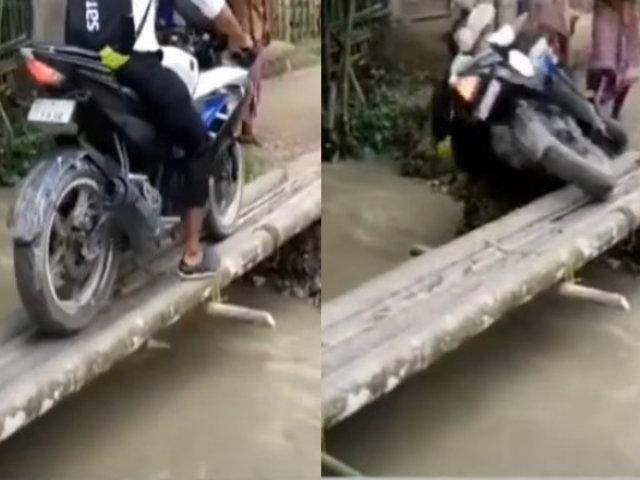 India: Captan instante en el que motociclista es arrastrado por caudal del río