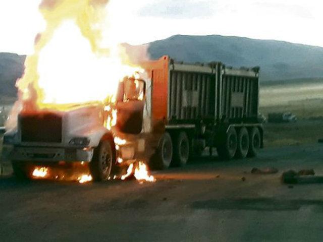Cusco: queman camiones en medio de protesta contra empresa minera