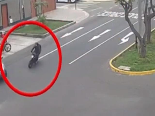 VIDEO: motociclista sale volando tras estrellarse contra una camioneta en Surco