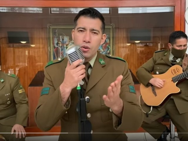 Chile: Carabineros rinden homenaje cantando música peruana