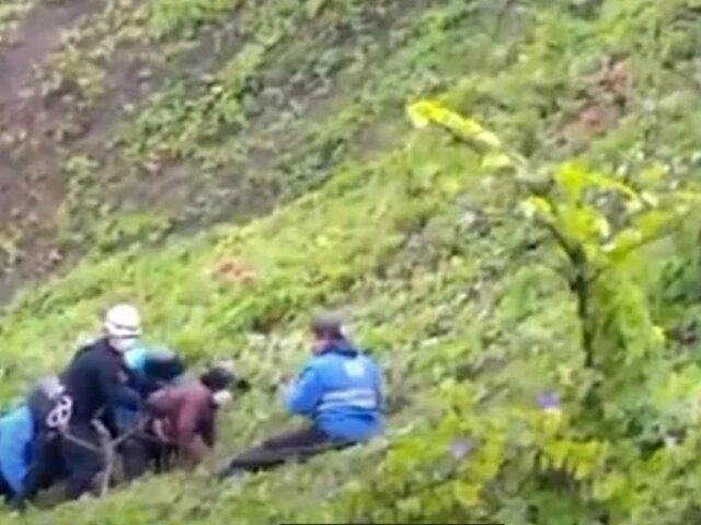 Miraflores: rescatan a mujer de 65 años que quedó atrapada en acantilado