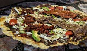 Peruanos prueban la tlayuda mexicana y quedan cautivados con su sabor