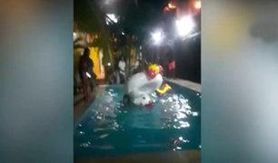 Tumbes: jóvenes hacen fiesta alrededor de una piscina de un hotel