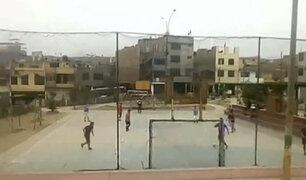 El Agustino: niños y adultos juegan fútbol sin mascarillas pese a estar prohibido