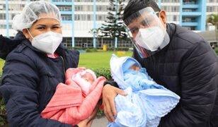 Gemelos prematuros de madre Covid-19 se reúnen después de dos meses