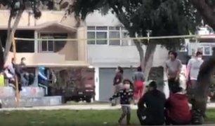 Ate: jóvenes se reúnen para jugar voley en estado de emergencia