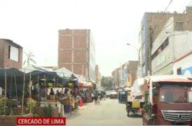 Cercado de Lima: Construyen muros en espacios públicos y ambulantes toman las veredas