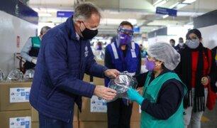 Entregan protectores faciales a trabajadores del Mercado Municipal Ramón Castilla