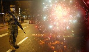 """Barristas de la """"U"""" detonan bombardas en todo Lima sin respetar toque de queda"""
