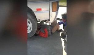 Arequipa: mujer se esconde entre las llantas de cúster para evitar se lleven el vehículo al depósito