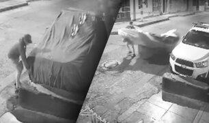 El Agustino: delincuentes roban objetos de valor de camioneta en pleno toque de queda
