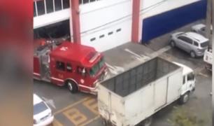 Breña: camión impide salida de bomberos en plena emergencia