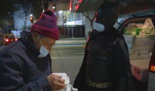 Batman chileno reparte comida a los más necesitados en Santiago