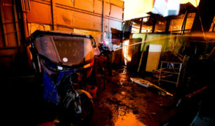 Bomberos confinan incendio en almacén de reciclaje en Huachipa