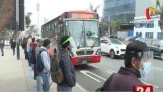 Pasajeros sufren para abordar un bus de los corredores complementarios