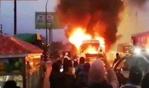 Los Olivos: tráfico tras incendio de bus en Av. Carlos Izaguirre