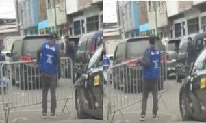 Sujetos con chaleco de seguridad cierran calle y cobran peaje a conductores