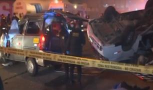 Ate: dos muertos tras accidente entre auto y miniván