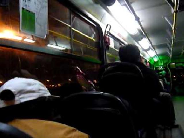 VES: delincuentes acuchillan a pasajeros de un bus durante violento asalto