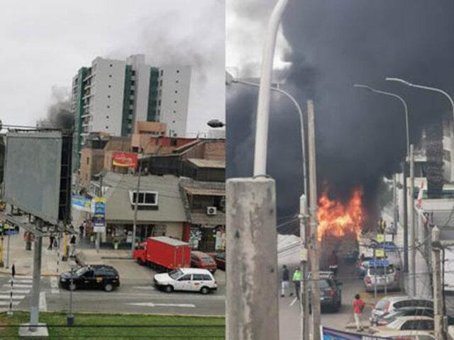 Pánico en San Miguel: incendio consumió auto en avenida Los Precursores