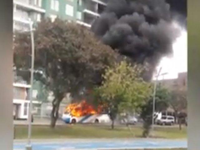 San Miguel: transporte público se incendia en plena calle