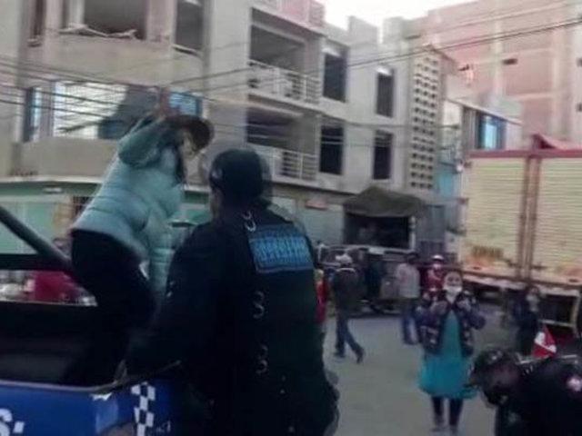 Furibunda mujer agredió a transeúntes y serenos en un mercado de Juliaca