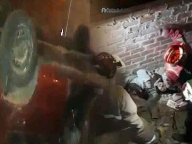 Auto se despista, se estrella contra vivienda y queda volcado en Ancón