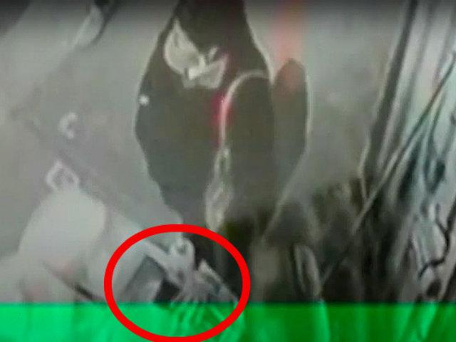 SJL: cámaras registran a delincuente robando celular a un incauto comerciante