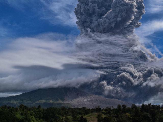 Indonesia: volcán Sinabung expulsa una columna de ceniza de 4500 metros