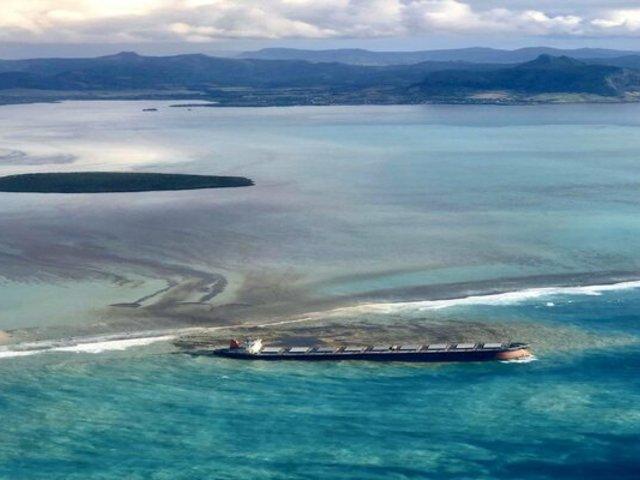 Derrame de petróleo golpea costa sureste de isla Mauricio