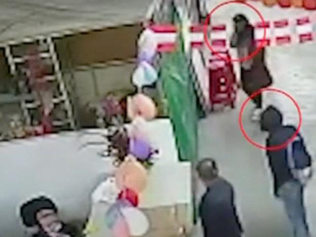 San Juan de Lurigancho: pareja roba cartera de comerciante en mercado Campoy