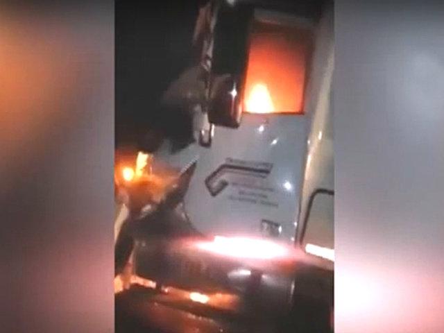 Huarmey: conductor se salva de morir quemado tras impacto de dos trailers