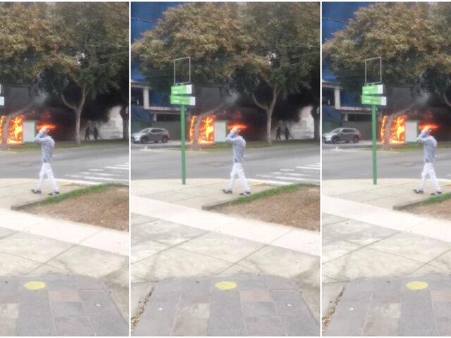 Av. Benavides: llamas arrasaron con bus de transporte público