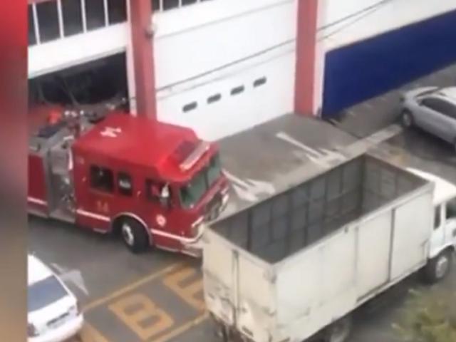 Tarapoto: camión se despista al dar vuelta y deja regados decenas de sacos de harina