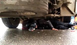 Surco: rescatan a motociclista que terminó debajo de bus