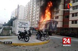 Comas: Camión de empresa avícola se incendia frente a condominio