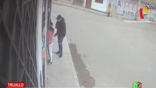 Roban celular a mujer mientras compraba en farmacia