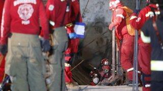 Bomberos luchan por rescatar a albañil que estaría sepultado tras derrumbe de casona