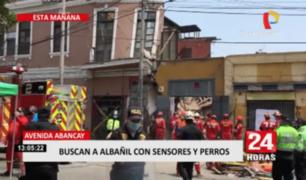 Bomberos continúan trabajando arduamente para rescatar a albañil tras derrumbe